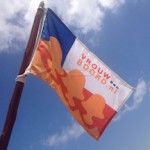 vrouwaanboordvlag aan de mast