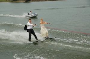 Watersport als gedeelde passie. Daags na ons trouwen stapten we in vol ornaat achter onze speedboot.